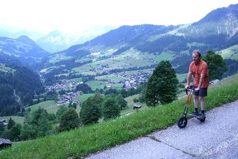Foto: bergsepp / Mountainbike Tour / Bergwandertouren mit dem Alpinroller in Bergbahnnähe,  mind. ein 3 Tageskurs zum anlernen / Der Erfinder vom Alpinroller, Stanis Lederer aus Alpbach selbst bei der Abfahrt von der Wurmeggalm herunter / 18.10.2009 01:17:41