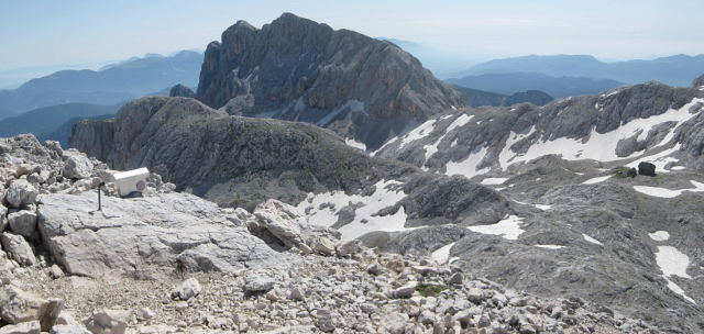 Foto: Wolfgang Lauschensky / Wander Tour / Rjavina 2532m / Rjavina vom Begunjski Vrh aus gesehen: Aufstieg am rechten Westgrat, rechts die Stanicahütte / 18.10.2009 12:14:10