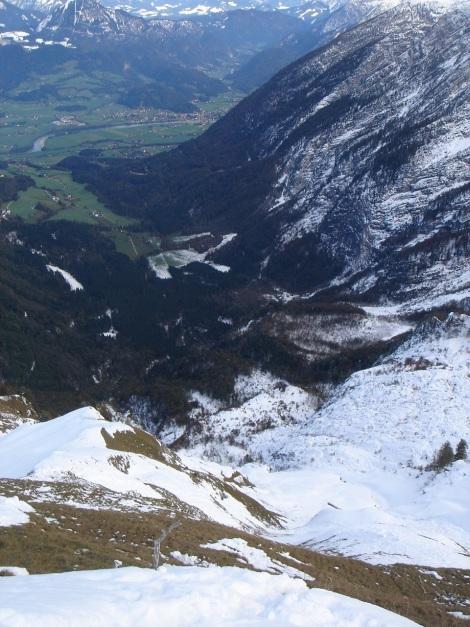 Foto: Manfred Karl / Ski Tour / Eckerleiten - Purtschellerhaus / Tiefblick vom Eckerfirst zum Salzachtal / 25.10.2009 16:40:13