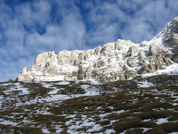 Foto: Andreas Koller / Klettersteig Tour / Leiternweg durch die Südwand auf den Montasch (2753m) / Der Montasch mit seiner Südwand / 27.10.2009 22:20:54