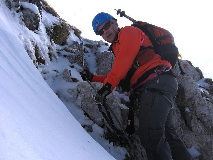 Foto: Andreas Koller / Klettersteig Tour / Leiternweg durch die Südwand auf den Montasch (2753m) / Die ersten versicherten Passagen bei Schnee und Eis / 27.10.2009 22:16:26