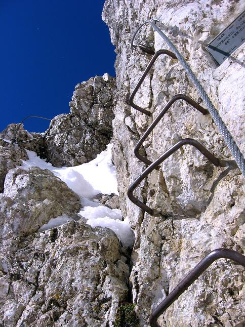 Foto: Andreas Koller / Klettersteig Tour / Leiternweg durch die Südwand auf den Montasch (2753m) / Steiler Einstieg zu der langen Leiter / 27.10.2009 22:14:00