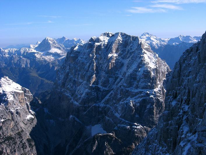 Foto: Andreas Koller / Klettersteig Tour / Leiternweg durch die Südwand auf den Montasch (2753m) / Blick zu Mangart (2678 m) und Triglav (2863 m) / 27.10.2009 22:10:23
