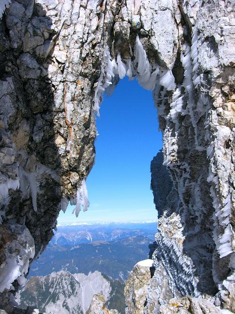 Foto: Andreas Koller / Klettersteig Tour / Leiternweg durch die Südwand auf den Montasch (2753m) / Felsfenster kurz vor dem Grat / 27.10.2009 22:09:58