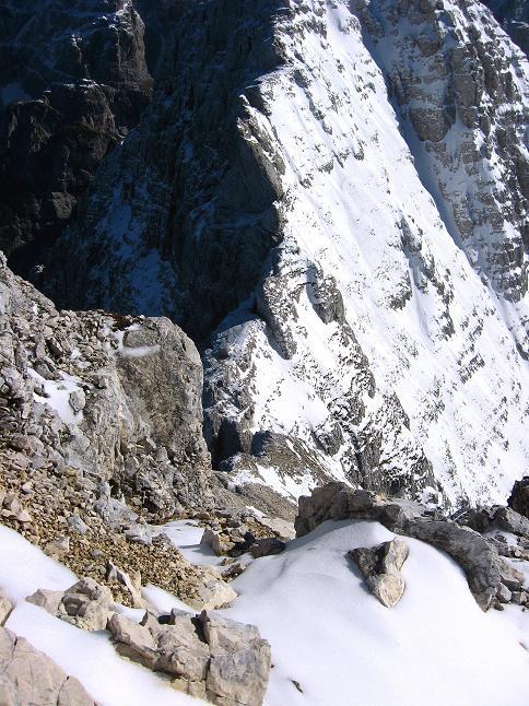 Foto: Andreas Koller / Klettersteig Tour / Leiternweg durch die Südwand auf den Montasch (2753m) / Tiefblick in die Forca Verde / 27.10.2009 22:09:30