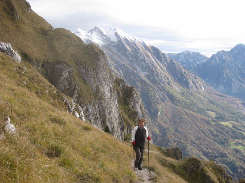 Foto: Wolfgang Lauschensky / Wander Tour / Col Mat 1981m / steile Grashänge führen zur Forcella Dolada / 30.10.2009 13:53:07