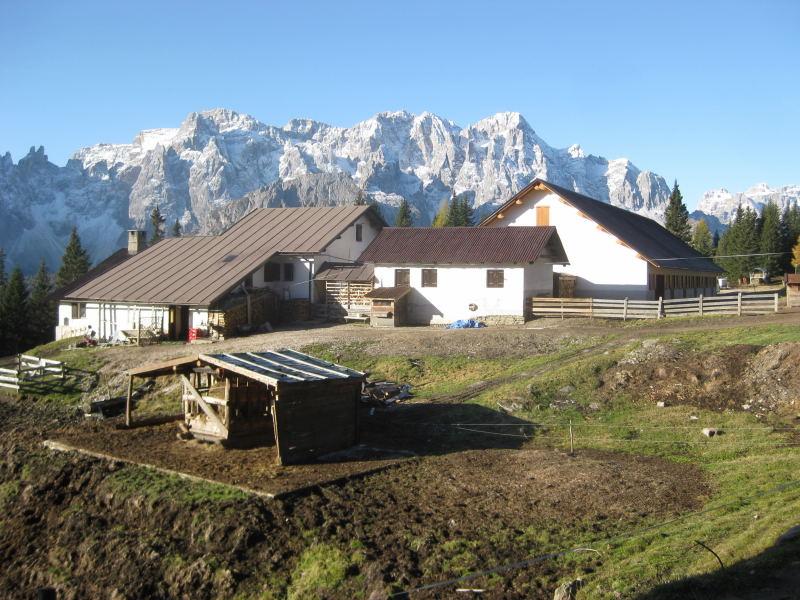 Foto: Wolfgang Lauschensky / Wander Tour / Col Quaterna oder Knieberg 2503m / Malga Coltrondo vor den spätherbstlichen Sextener Dolomiten / 30.10.2009 18:58:19