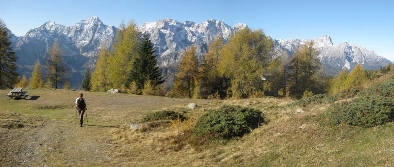 Foto: Wolfgang Lauschensky / Wander Tour / Col Quaterna oder Knieberg 2503m / Militärstraße zur Sella Quaterna, dahinter die Sextener Dolomiten / 30.10.2009 18:57:47