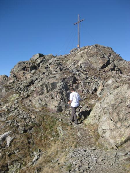 Foto: Wolfgang Lauschensky / Wander Tour / Col Quaterna oder Knieberg 2503m / der Gipfelbereich ist übersäht mit verfallenen Stellungen aus dem 1.Weltkrieg / 30.10.2009 18:56:31