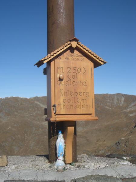 Foto: Wolfgang Lauschensky / Wander Tour / Col Quaterna oder Knieberg 2503m / Fuß des Gedenkkreuzes am Gipfel / 30.10.2009 18:54:24