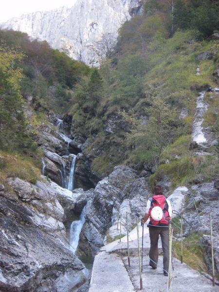 Foto: Wolfgang Lauschensky / Klettersteig Tour / Monte Schiara - Überschreitung Ferr. Sperti - Berti - Marmol / romantischer Waldanstieg zur Hütte in und über der Bachschlucht / 31.10.2009 01:03:46