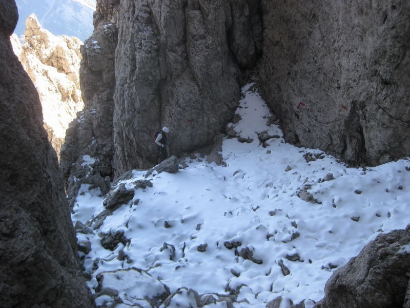 Foto: Wolfgang Lauschensky / Klettersteig Tour / Monte Schiara - Überschreitung Ferr. Sperti - Berti - Marmol / erster Schnee in dunkler Südschlucht / 31.10.2009 00:58:51