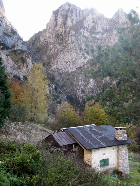 Foto: Wolfgang Lauschensky / Wander Tour / Monte Pelf 2502m / Der Winterraum des Rif.Alpini 7° unter der Schlucht zur Forcella Pis Pilon / 31.10.2009 14:17:34