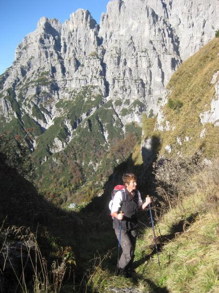 Foto: Wolfgang Lauschensky / Wander Tour / Monte Pelf 2502m / in der Forcella Pis Pilon. Rif.Alpini 7° gerade aus dem Morgenschatten. Das Biv. Sperti am obersten grünen Fleck der Schlucht zur Forcella Sperti / 31.10.2009 14:17:24