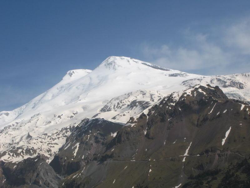 Foto: Wolfgang Lauschensky / Ski Tour / Elbrus 5642m  Winterbesteigung / West- und Ostgipfel des Elbrus vom Chegetaufstieg gesehen / 01.11.2009 14:38:55