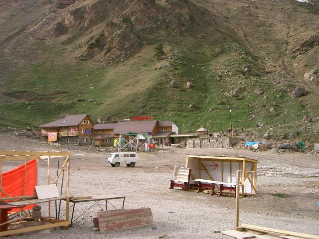 Foto: Wolfgang Lauschensky / Ski Tour / Elbrus 5642m  Winterbesteigung / Unsere Unterkunft am Dorfplatz von Azau / 01.11.2009 14:38:45