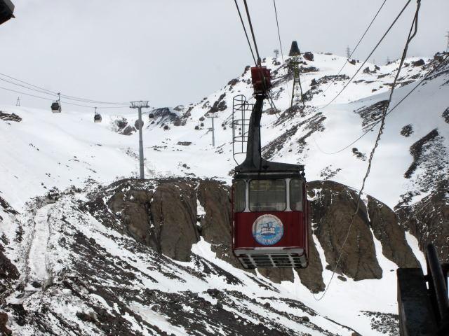 Foto: Wolfgang Lauschensky / Ski Tour / Elbrus 5642m  Winterbesteigung / die moderne Gondelbahn links in Revision - unsere Oldtimerauffahrt wohl der gefährlichste Teil der Tour? / 01.11.2009 14:38:08