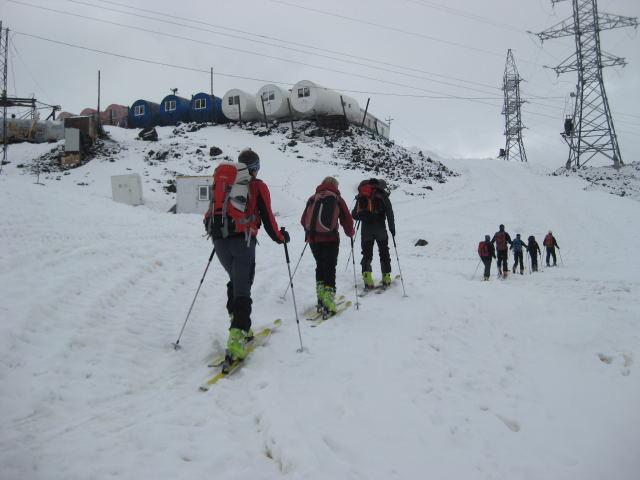 Foto: Wolfgang Lauschensky / Ski Tour / Elbrus 5642m  Winterbesteigung / Garabachi-Biwak: gut eingerichtete ausgediente Erdgasrohre als tiefere und beheizbare Unterkunftsvariante  / 01.11.2009 14:37:49