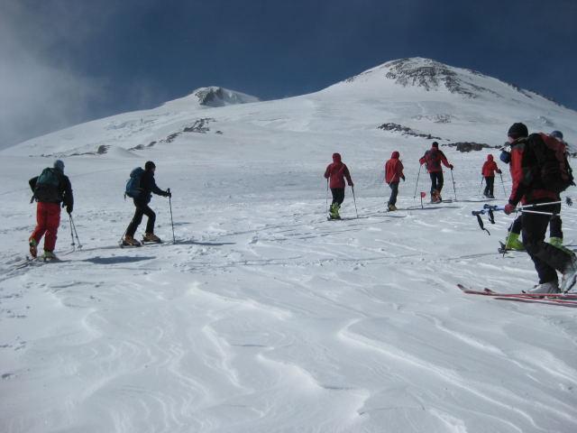 Foto: Wolfgang Lauschensky / Ski Tour / Elbrus 5642m  Winterbesteigung / erste Blicke auf den 'nahen' Elbrus / 01.11.2009 14:36:19