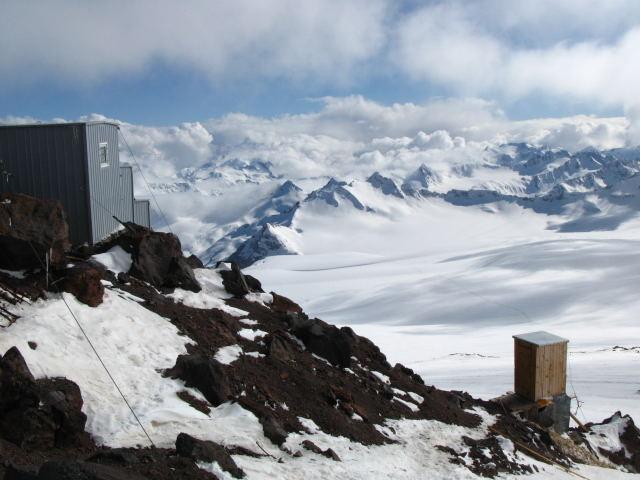 Foto: Wolfgang Lauschensky / Ski Tour / Elbrus 5642m  Winterbesteigung / der 'Hygienebereich' auf gut 4200m / 01.11.2009 14:35:29