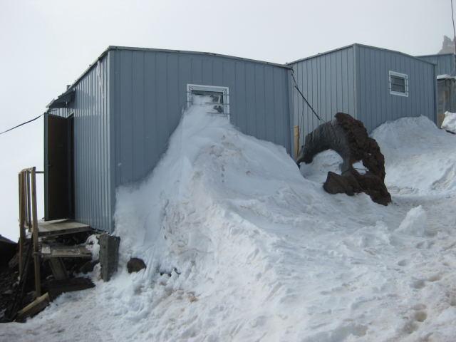 Foto: Wolfgang Lauschensky / Ski Tour / Elbrus 5642m  Winterbesteigung / Wohnen De Luxe. Unser Schlafcontainer - rechts gerade noch sichtbar die Küche / 01.11.2009 14:35:11