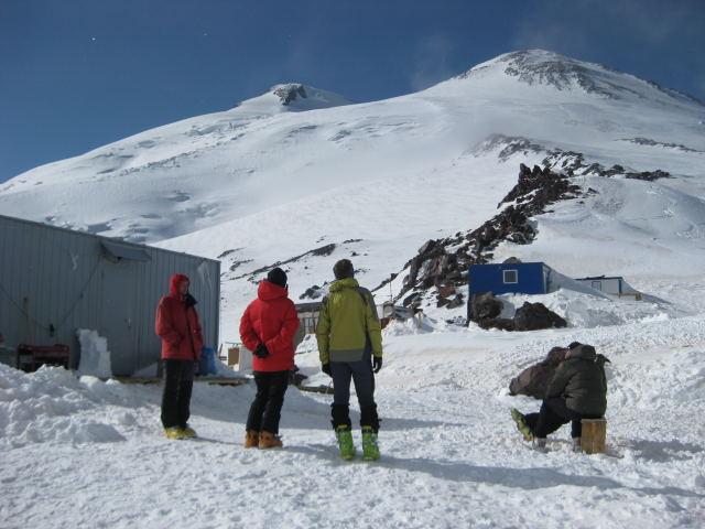 Foto: Wolfgang Lauschensky / Ski Tour / Elbrus 5642m  Winterbesteigung / vorabendliche Erwartung beim Küchencontainer / 01.11.2009 14:34:48
