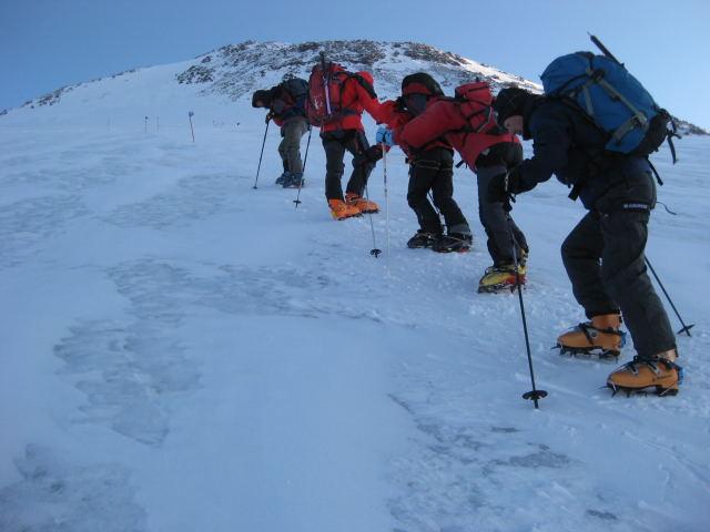 Foto: Wolfgang Lauschensky / Ski Tour / Elbrus 5642m  Winterbesteigung / die Blankeispassagen oberhalb der Pastuchov-Felsen / 01.11.2009 14:34:14