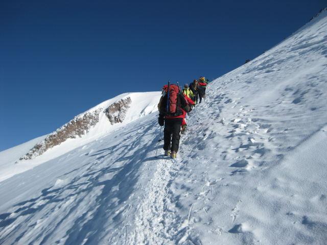 Foto: Wolfgang Lauschensky / Ski Tour / Elbrus 5642m  Winterbesteigung / der Elbrussattel will  nicht näher kommen / 01.11.2009 14:33:31