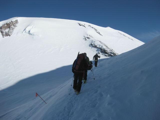 Foto: Wolfgang Lauschensky / Ski Tour / Elbrus 5642m  Winterbesteigung / der kleine Gipfelzipfel rechts über uns ist noch weit weg. / 01.11.2009 14:33:22