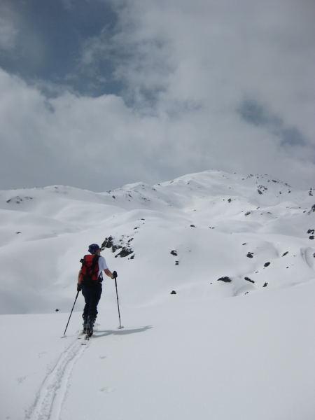 Foto: Wolfgang Lauschensky / Skitour / Kleiner Gilfert von Hochfügen / oberhalb des markanten Felsen in Richtung Pfundsjoch, rechts davon der Kleine Gilfert / 10.11.2009 15:20:40