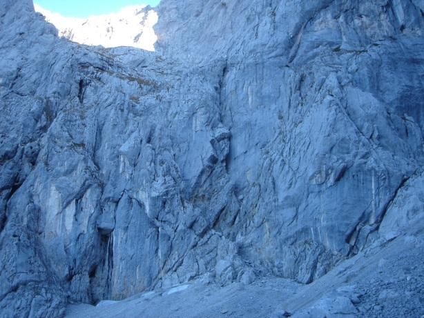 Foto: Manfred Karl / Kletter Tour / Kraxngrat / Knapp rechts der Bildmitte befindet sich der Beginn der Rinne / 17.11.2009 20:10:49