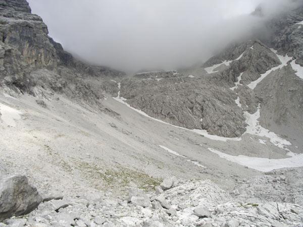 Foto: Datzi / Wander Tour / Bergtour auf die Hocheisspitze (Biwak) / Das Geröllfeld ( der Gipfel hüllte sich gerade in den Nebel) / 21.11.2009 18:40:15