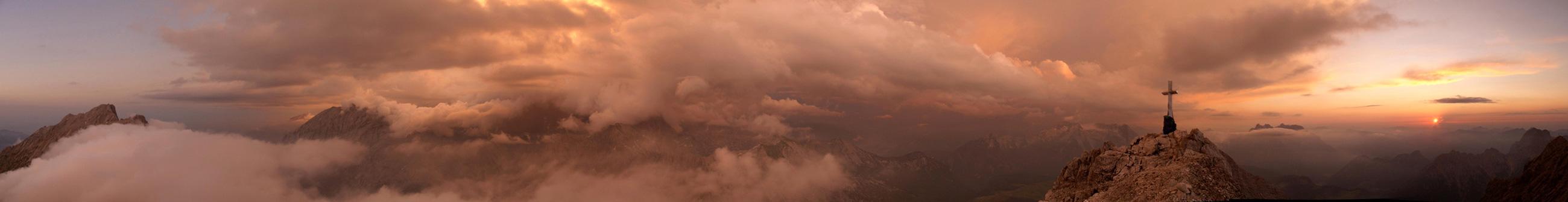 Foto: Datzi / Wander Tour / Bergtour auf die Hocheisspitze (Biwak) / Die Gewitterzelle über dem Hochkönig-links der Hochkalterer- Watzmann - rechts der Sonnenuntergang / 21.11.2009 18:49:12