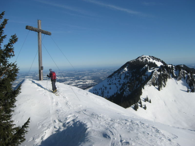 Foto: Wolfgang Lauschensky / Ski Tour / Feichteck (1514m) / Feichteckgipfel, dahinter Karkopf und Hochries / 22.11.2009 12:16:59