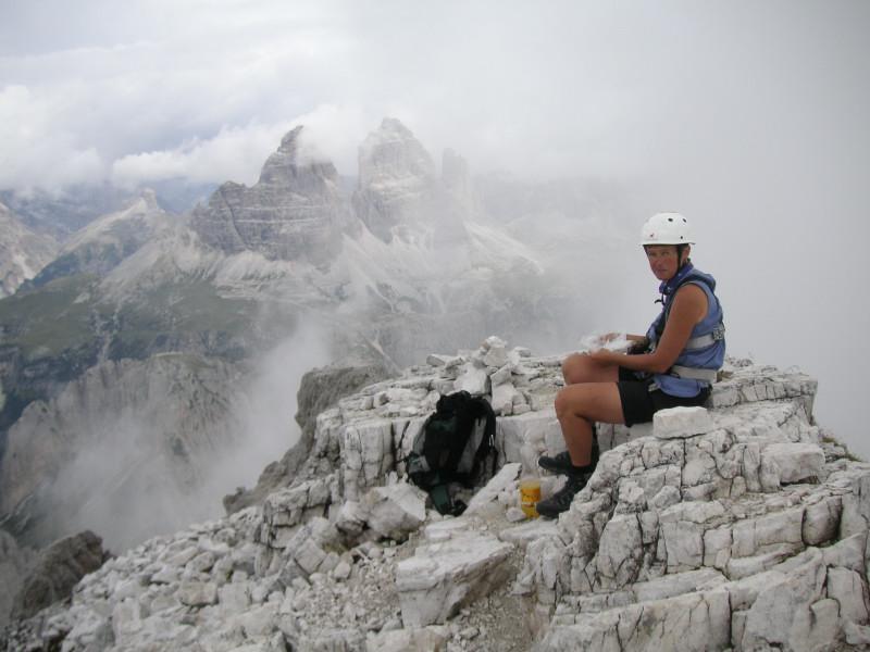 Foto: Wolfgang Lauschensky / Klettersteig Tour / Via ferrata Merlone auf die Cadinspitze NE / schmucklose Cadinspitze, dahinter Drei Zinnen / 02.12.2009 19:21:12