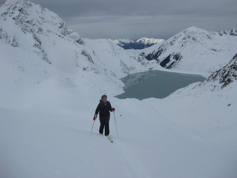 Foto: Wolfgang Lauschensky / Ski Tour / Finstertaler Schartenkopf 2856m / im Hochkar mit Blick zum Pirchkogel gegenüber dem Stausee / 10.12.2009 21:01:17