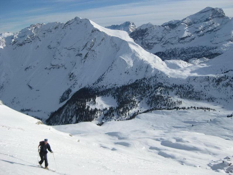 Foto: Wolfgang Lauschensky / Ski Tour / Sass dles Nö oder Neuner 2968m (Vorgipfel 2874m) / Pareispitze, Limojoch, darunter die Faneshütte vom Neuner-Osthang aus gesehen / 11.12.2009 20:20:27