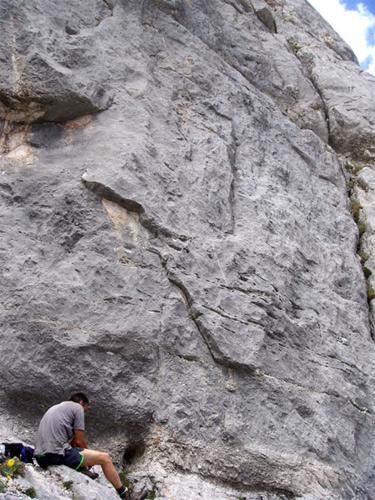 Foto: schrutkaBua / Kletter Tour / Kraxenberg, Invalidentrip / Einstieg bei markanter dreieckiger Platte, links von einem großen Riss (am Bild ganz rechts außen) / 13.12.2009 12:06:01