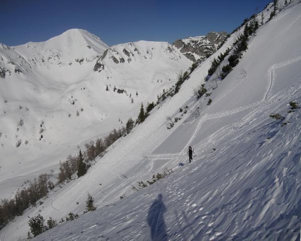 Foto: Wolfgang Lauschensky / Ski Tour / Schmalztrager - Überschreitung / Ausstieg aus dem steilen Hang nach Süden, im Hintergrund der Braunedlkogel / 21.12.2009 15:10:07