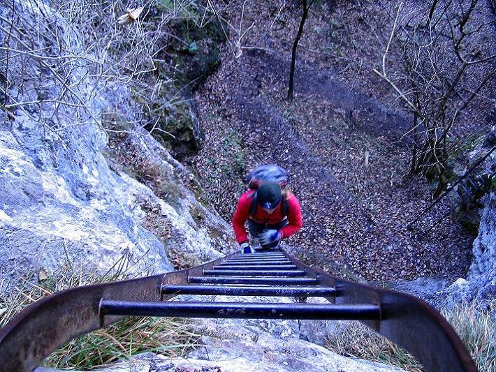 Foto: Andreas Koller / Klettersteigtour / Rudolf-Decker-Steig (720 m) / Aufstieg über die lange Leiter / 27.12.2009 01:53:11