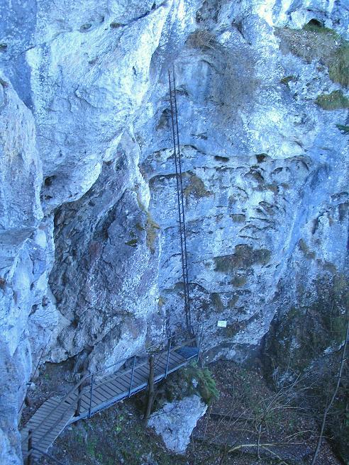 Foto: Andreas Koller / Klettersteigtour / Rudolf-Decker-Steig (720 m) / Unten die Plattform als leichtere Variante, gegenüber die lange Leiter / 27.12.2009 01:50:06