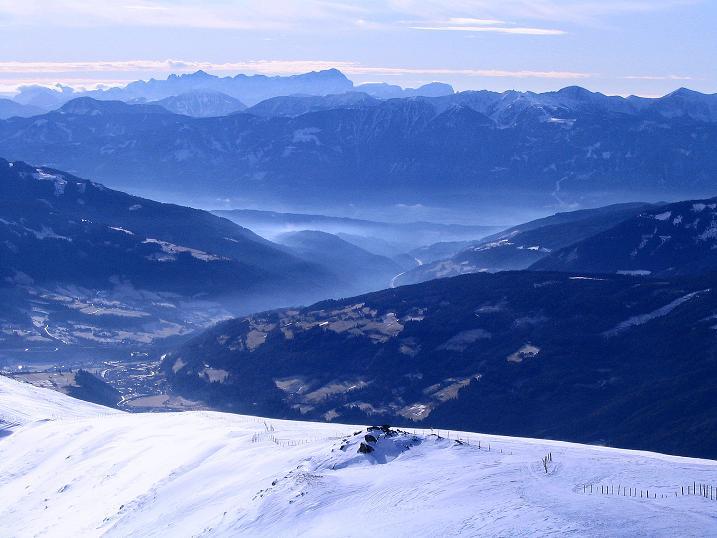 Foto: Andreas Koller / Skitour / Rundtour Stubeck (2370 m) / Blick in das Becken um den Millstätter See und in die Julischen Alpen im S / 01.01.2010 20:13:07