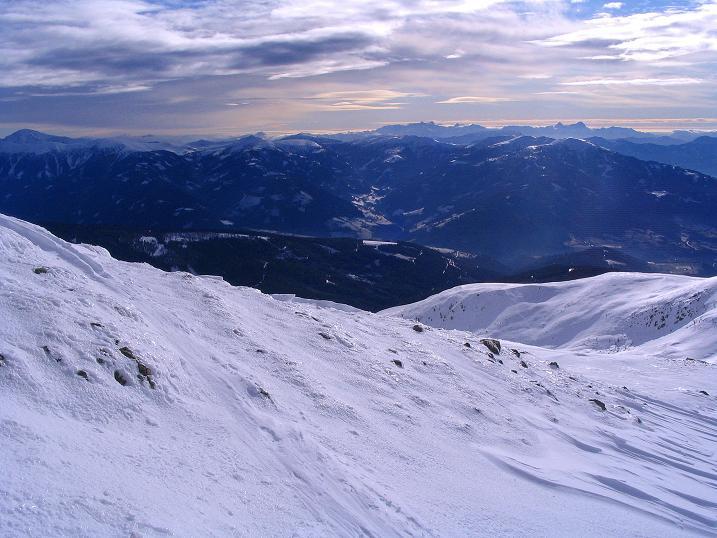 Foto: Andreas Koller / Skitour / Rundtour Stubeck (2370 m) / Rückblick über den Aufstiegsrücken mit weitem Blick bis nach Italien und Slowenien / 01.01.2010 20:10:30