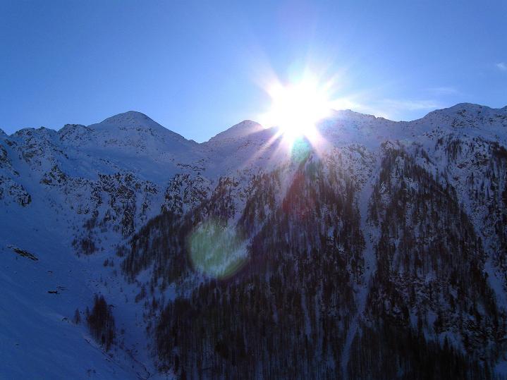 Foto: Andreas Koller / Ski Tour / Aus dem Astental auf den Stellkopf (2851 m) / Sadnig (2743 m) im Gegenlicht / 01.01.2010 21:52:39