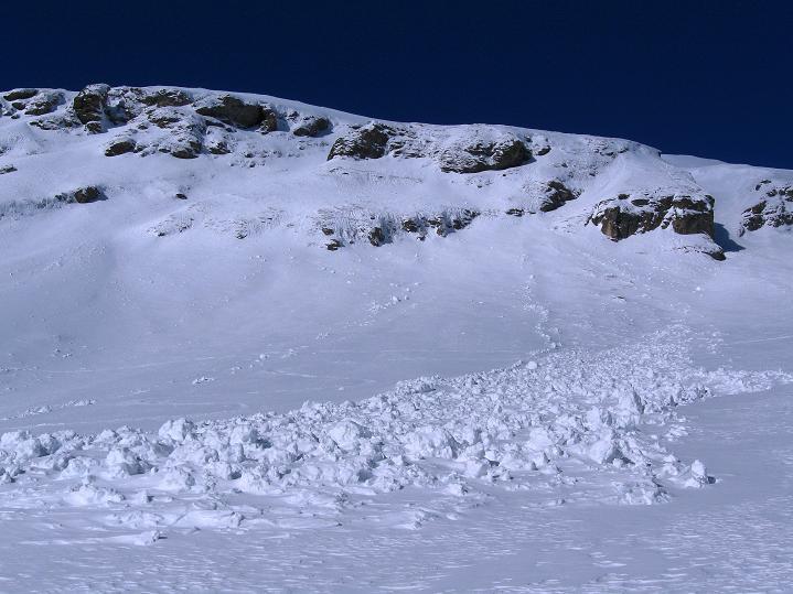 Foto: Andreas Koller / Ski Tour / Aus dem Astental auf den Stellkopf (2851 m) / Lawinenstriche im Anstieg / 01.01.2010 21:49:14