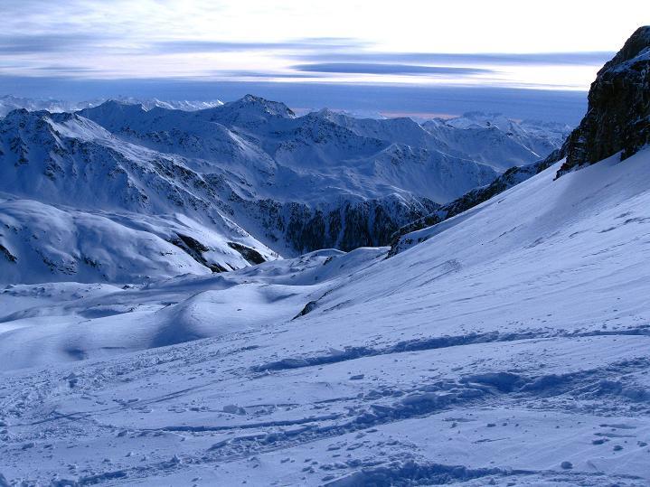 Foto: Andreas Koller / Ski Tour / Aus dem Astental auf den Stellkopf (2851 m) / Blick nach S zum Sadnig (2743 m), dahinter die Dolomiten / 01.01.2010 21:34:08