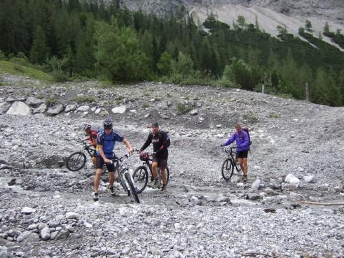 Foto: hofchri / Mountainbike Tour / Rund um das Sonnjoch über Lamsen- (1953 m) und Plumsjoch (1664 m) / hinter der Hütte - die Bachquerung / 01.01.2010 12:04:02