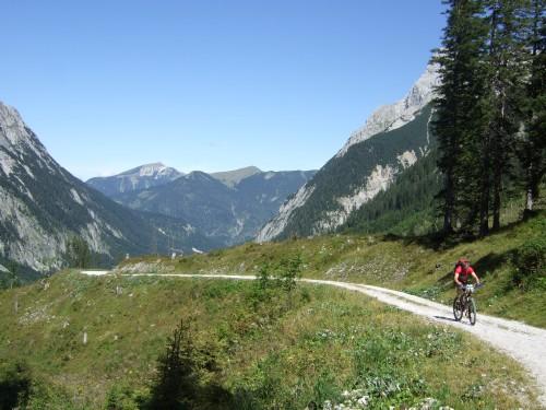 Foto: hofchri / Mountainbike Tour / Rund um den Laliderer Falk über Falkenhütte (1848 m) / Nach der Abzweigung zur Falkenhütte / 01.01.2010 11:58:57