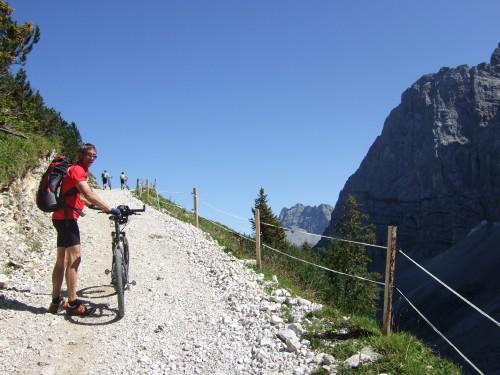 Foto: hofchri / Mountainbike Tour / Rund um den Laliderer Falk über Falkenhütte (1848 m) / sehr steile Auffahrtrampe zur Falkenhütte / 01.01.2010 11:59:52