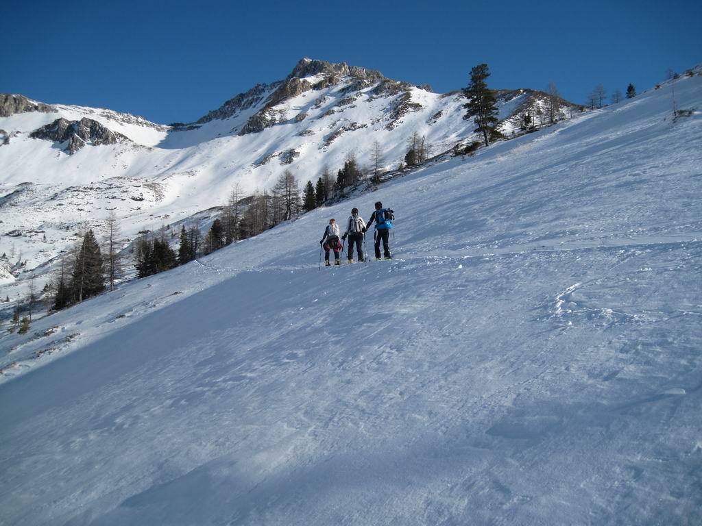 Foto: Heidi Schützinger / Ski Tour / Karkopf von der Muhreralm / Beim Aufstieg Richtung Karkopf - über uns die Stampferwand / 28.12.2011 18:52:25